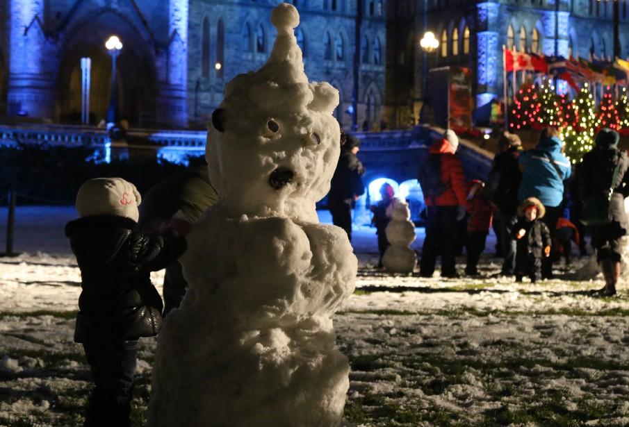 Le temps plus doux dans la journée a ramolli la neige, permettant la construction de bonhomme de neige ainsi que quelques batailles de boules de neige. (Patrick Woodbury, LeDroit)