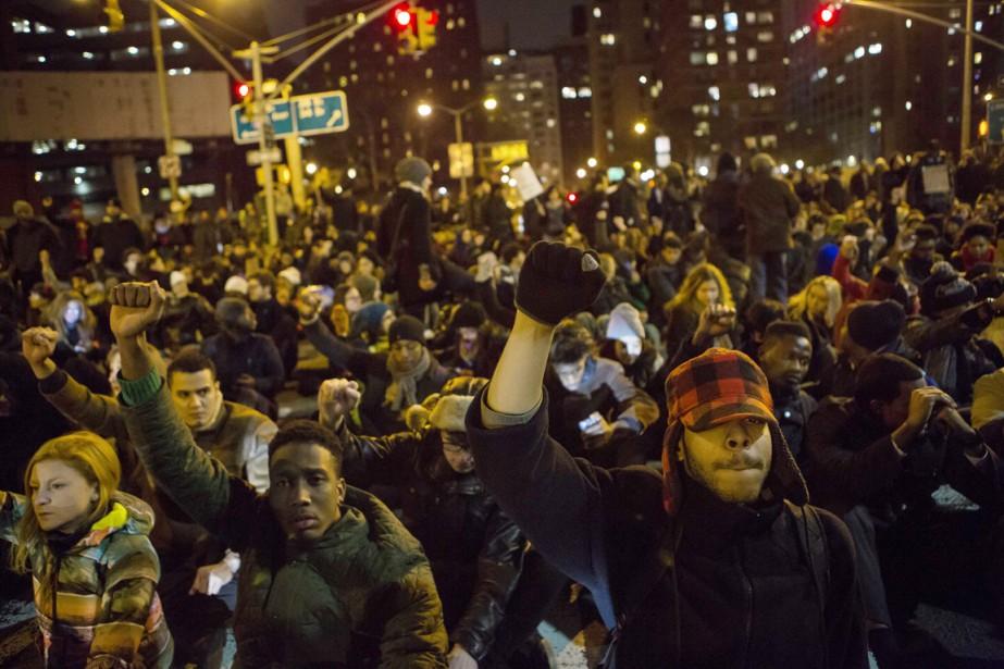 Des milliers de personnes ont à nouveau manifesté... (PHOTO ERIC THAYER, REUTERS)