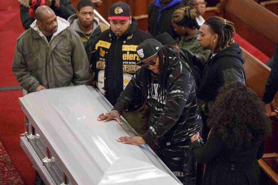 Des amis d'Akai Gurley, tué le 20 novembre... (PHOTO REUTERS/THE NEW YORK TIMES)