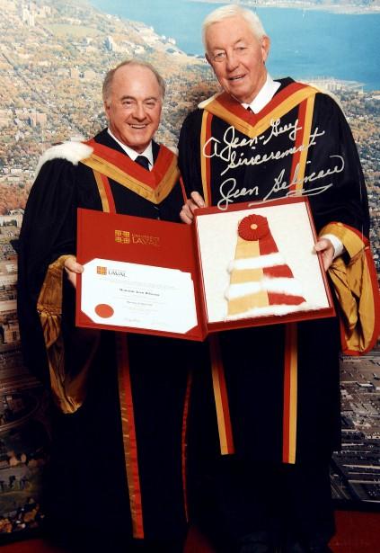 Jean Béliveau est photographié ici aux côtés de Jean-Guy Paquet alors qu'il vient de recevoir un doctorat honorifique à l'Université Laval. (Photo fournie par Jean-Guy Paquet)