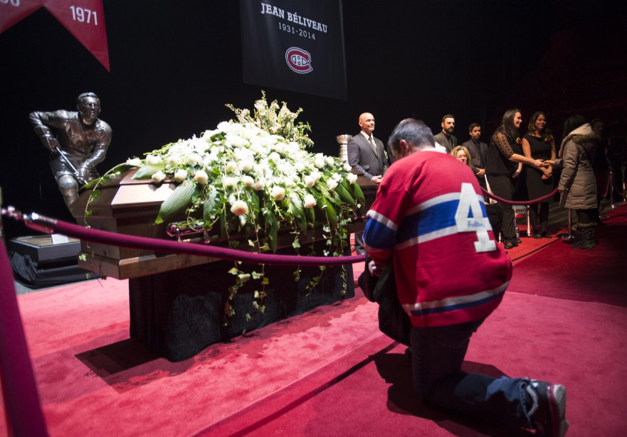 Un homme se recueille devant la tombe de Jean Béliveau. (PHOTO PAUL CHIASSON, PC)