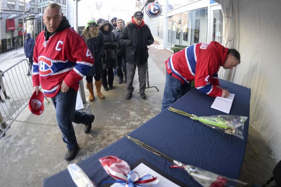 Les gens pouvaient signer un livre de condoléances à l'extérieur du Centre Bell. (PHOTO CHARLES LABERGE, COLLABORATION SPÉCIALE)