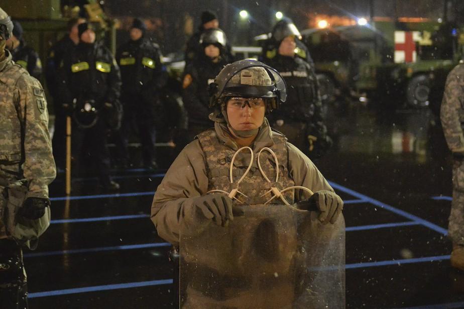 La Garde nationale patrouille devant le poste de police de Ferguson le 26 novembre. (Agence France-Presse)