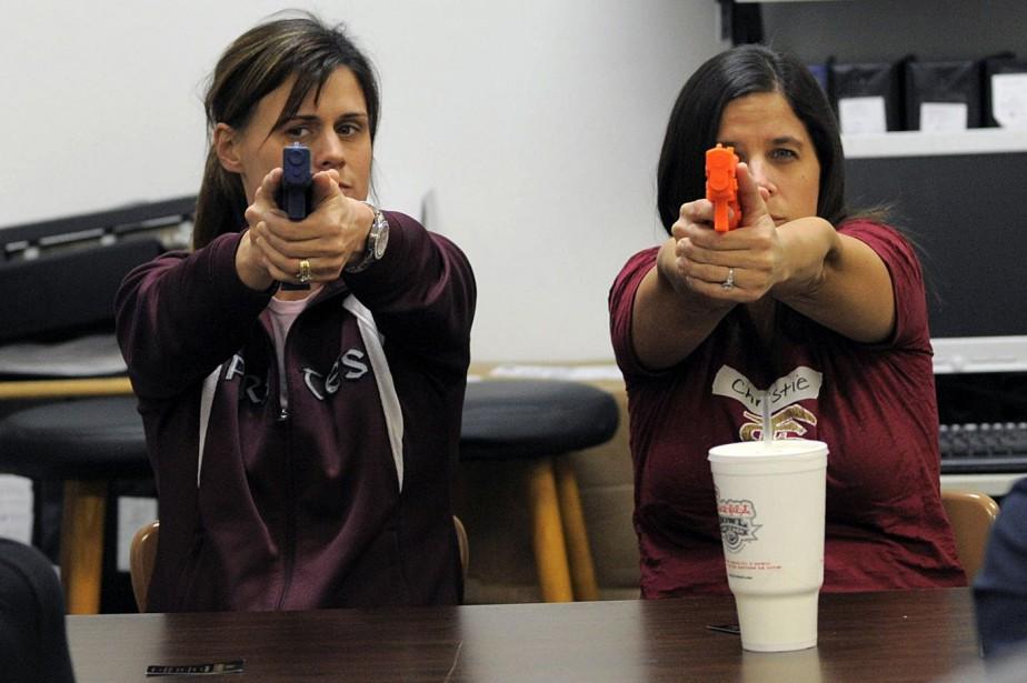Des enseignantes d'une école secondaire de Sarasota, en... (PHOTO BRIAN BLANCO, REUTERS)