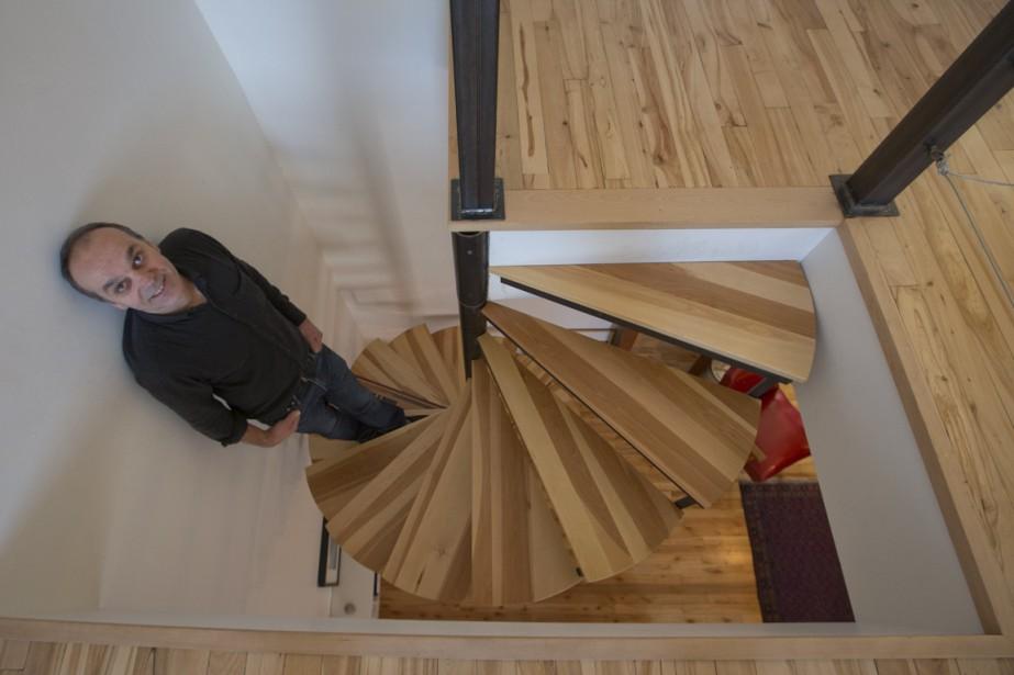 Partout dans son appartement, l'ébéniste Luc Sergerie met évidemment l'accent sur le bois. (Photo Ivanoh Demers, La Presse)