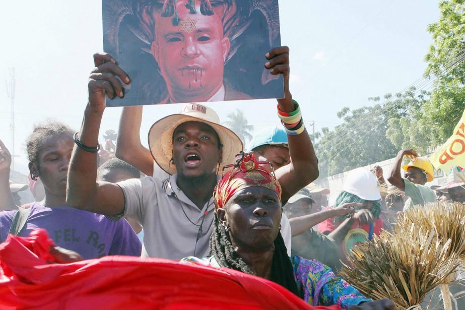 Un militant brandit une image où le premier... (PHOTO MARIE ARAGO, ARCHIVES REUTERS)