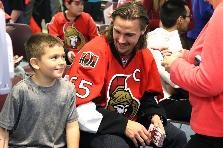 Erik Karlsson rencontre le jeuneZachary, 6 ans. (PATRICK WOODBURY, LeDroit)