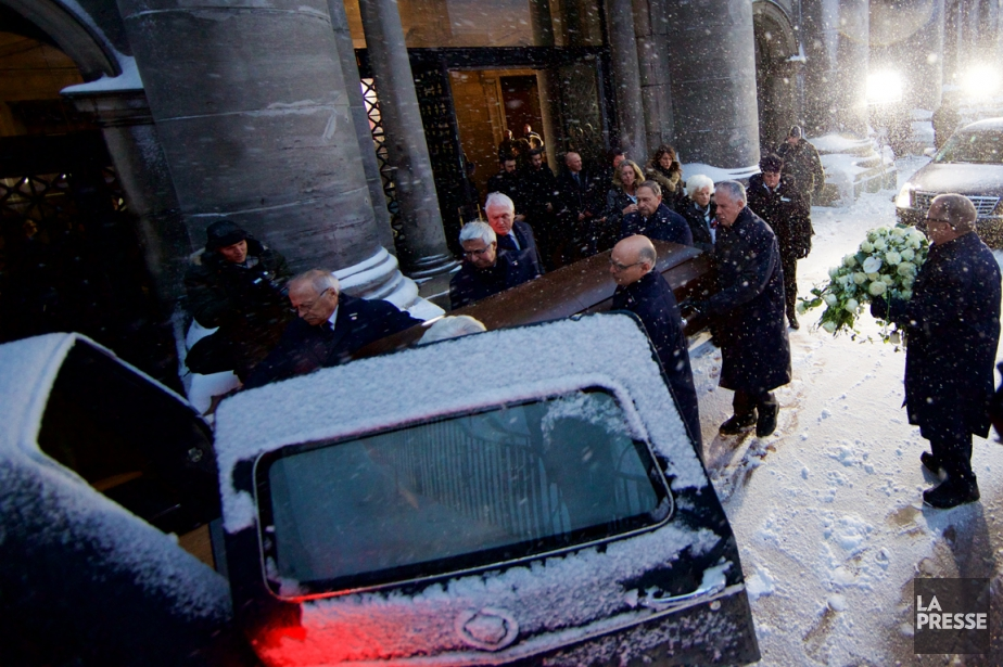 Le cercueil de Jean Béliveau quitte la cathédrale... (Photo André Pichette, La Presse)