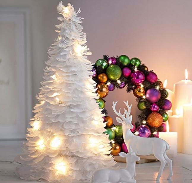 Arbre de Noël fait de plumes. (www.thefeathergirl.com)