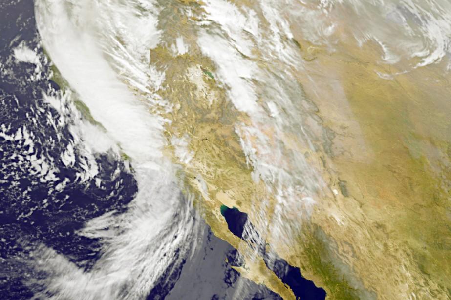 Un puissant système de tempête se déplaçait, vendredi,... (IMAGE AFP/NASA)