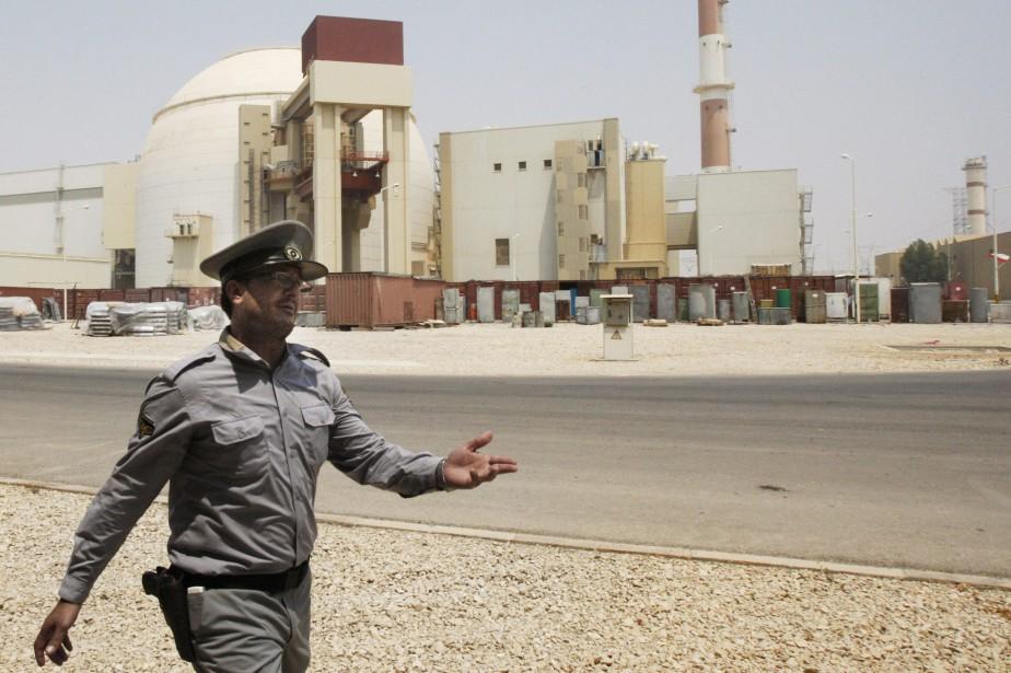 Un agent de sécurité passe devant une centrale... (PHOTO ARCHIVES AFP)
