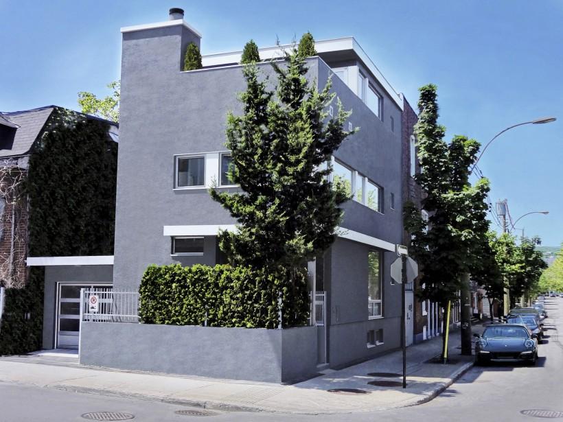 Un rez-de-jardin, trois autres étages, une terrasse, un garage et... aucun terrain à entretenir! Le tout avec une facture très contemporaine. La haie de jeunes cèdres et un spécimen plus mature ajoutent au cachet intime de l'entrée, également dotée d'une clôture. (PHOTO FOURNIE PAR SIDNEY EDELBROEK)