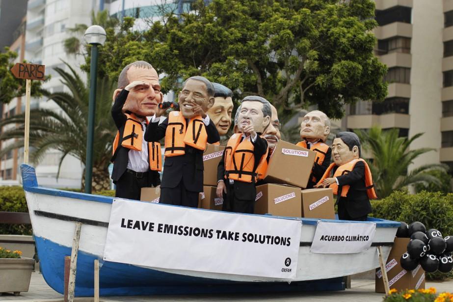 Des militants caricaturant les leaders mondiaux, de gauche... (PHOTO ENRIQUE CASTRO-MENDIVIL)