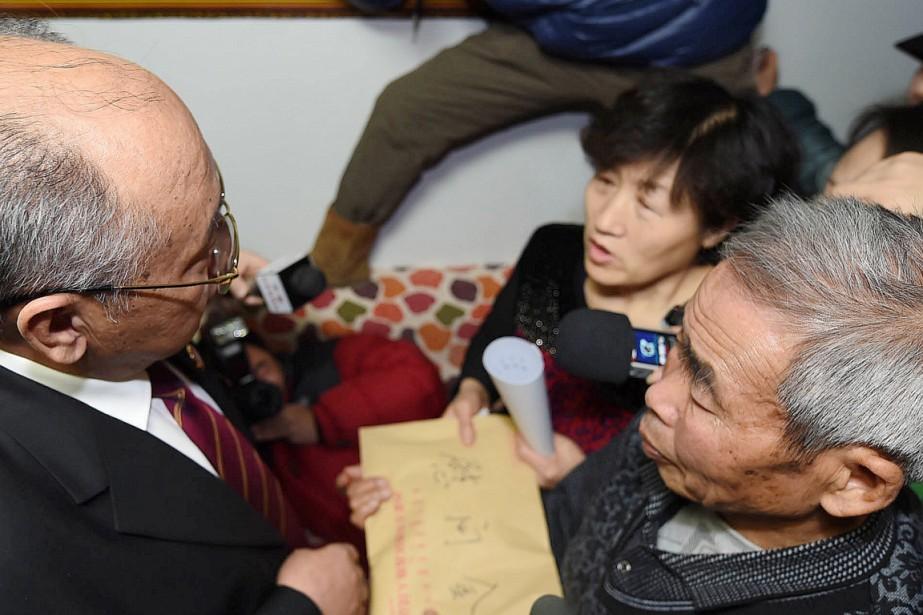 Le vice-président du tribunal a remis aux parents... (PHOTO AGENCE FRANCE-PRESSE)
