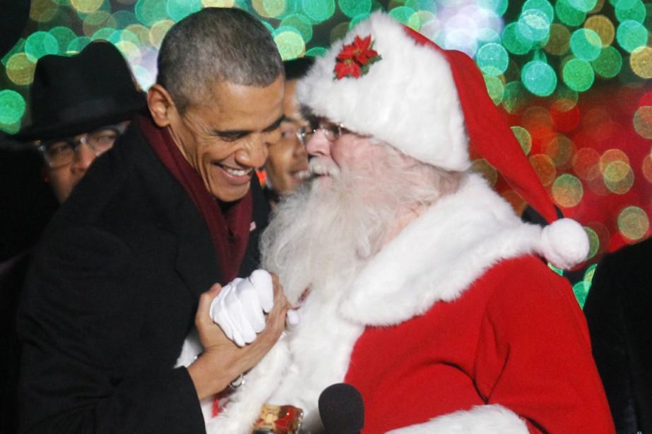 BarackObama discute avec un père Noël lors d'un... (PHOTO YURI GRIPAS, REUTERS)
