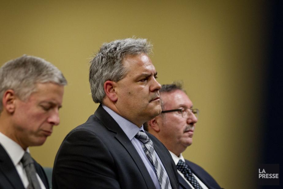 Le maire de L'Assomption Jean-Claude Gingras (au centre)... (PHOTO MARCO CAMPANOZZI, LA PRESSE)