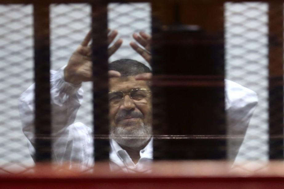 Le président déchu Mohamed Morsi salue ses partisans... (PHOTO ASMAA WAGUIH, ARCHIVES REUTERS)