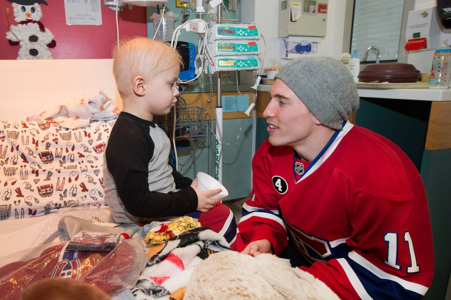 Brendan Gallagher discute avec Ozzie Rivest, 4 ans. (Photo Robert Skinner, La Presse)