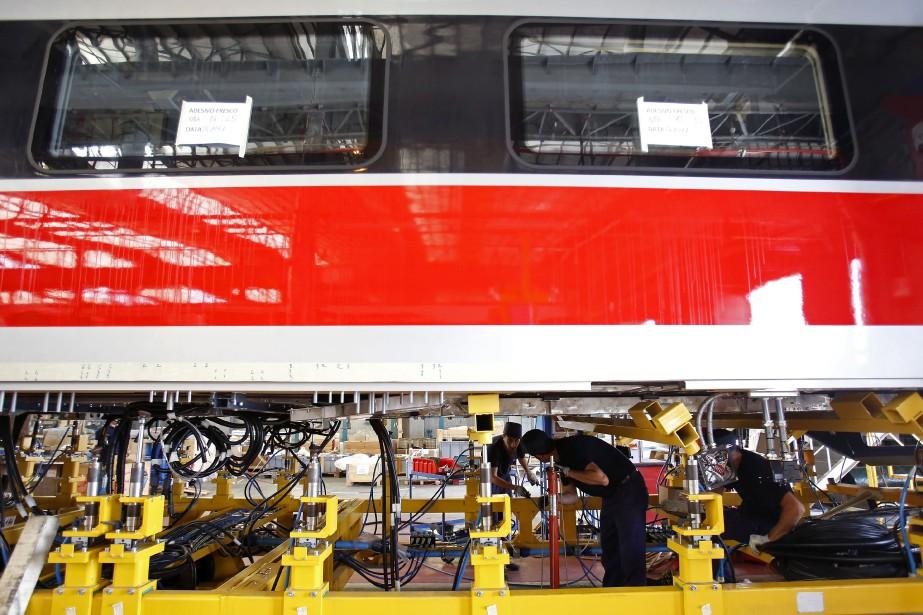 Des employés travaillent dans l'usine d'assemblage sous un... (Photo archives Bloomberg)