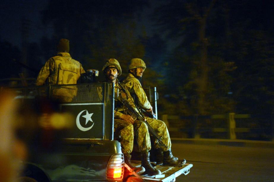 Des soldats de l'armée pakistanaise patrouillent dans les... (PHOTO FAROOQ NAEEM, ARCHIVES AGENCE FRANCE-PRESSE)