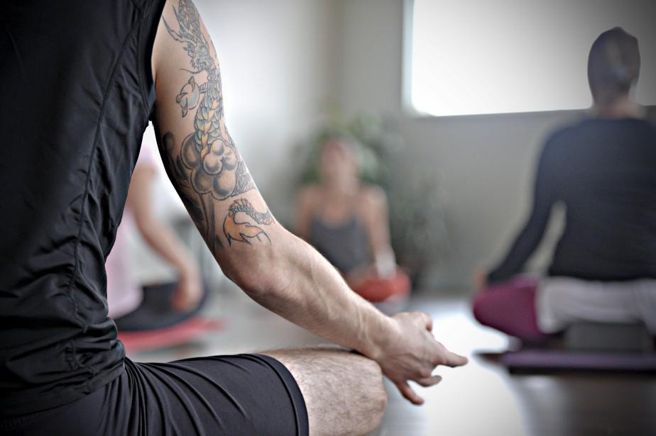 Posture de méditation en tailleur exécutée dans tous les cours (padmasana) (Le Soleil, Pascal Ratthé)