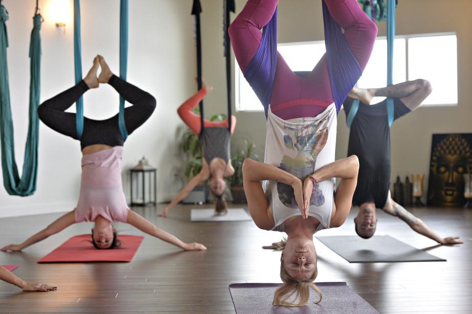 Posture en inversion dans un cours AIR Yogalates (Le Soleil, Pascal Ratthé)
