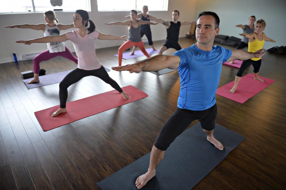 Posture du guerrier 2 dans un cours Hatha yoga (virabhadrasana 2) (Le Soleil, Pascal Ratthé)