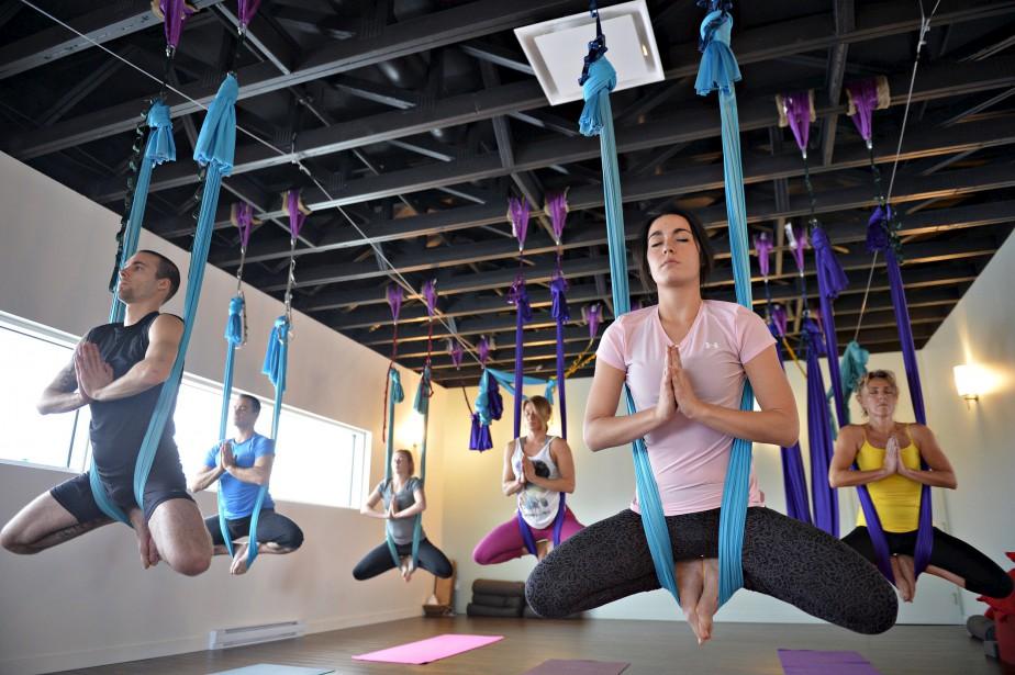 Posture du papillon pointu dans un cours de AIR Yogalates (Le Soleil, Pascal Ratthé)