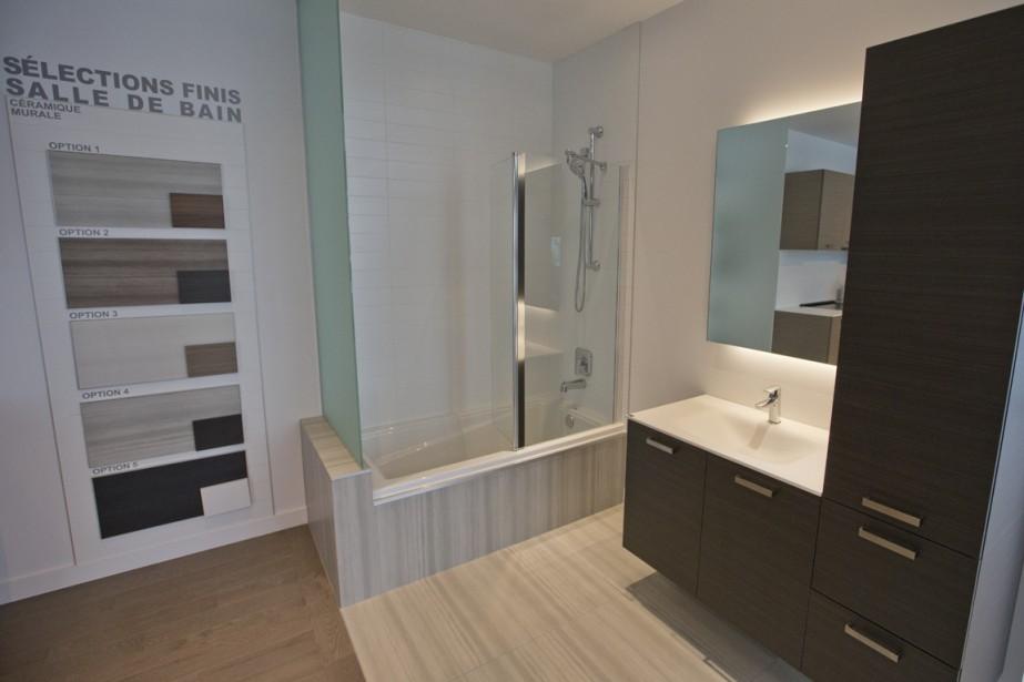 La douche est intégrée dans la baignoire. Ceux qui le désirent peuvent le ne faire installer qu'une grande douche. Il faut alors prévoir un supplément d'environs 500$. (Photo Ivanoh Demers, La Presse)