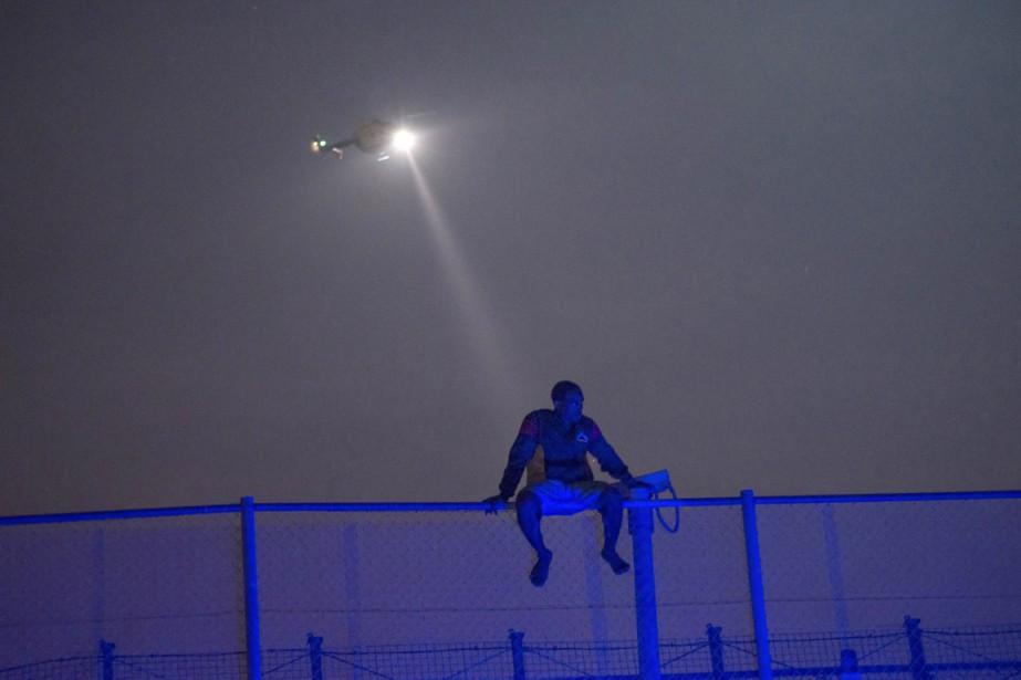 Un migrant africain est visé par le projecteur... (PHOTO JESUS BLASCO DE AVELLANEDA, ARCHIVES REUTERS)