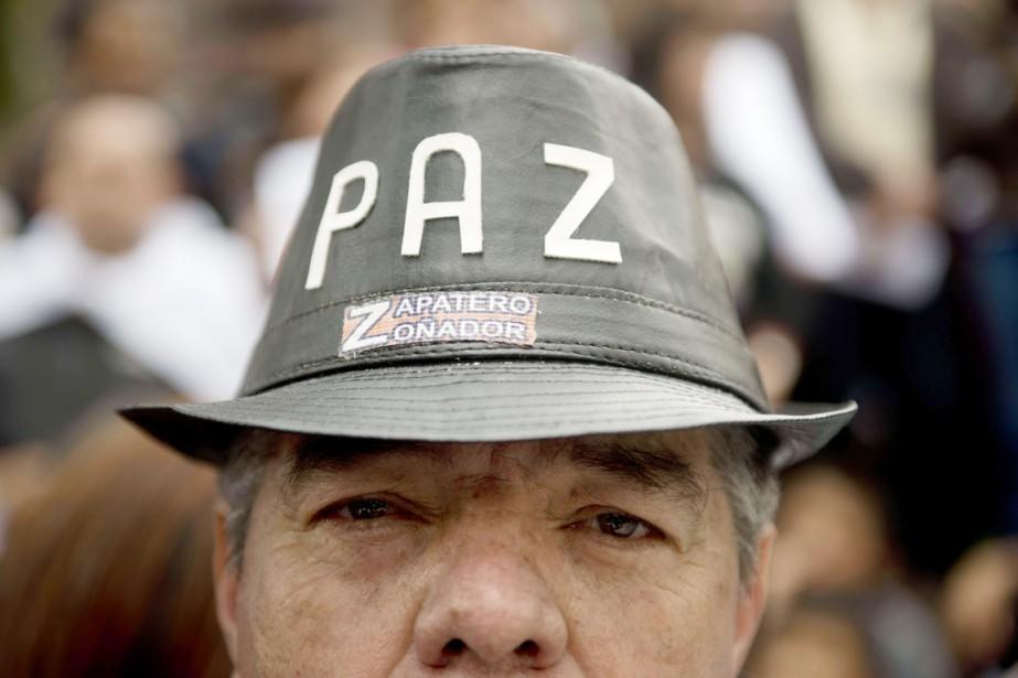 Un homme porte un chapeau où l'on peut... (PHOTO Eitan Abramovich, ARCHIVES AFP)