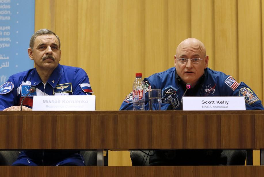 Le cosmonautre russe Mikhail Kornienko aux côtés de... (PHOTO PATRICK KOVARIK, AFP)