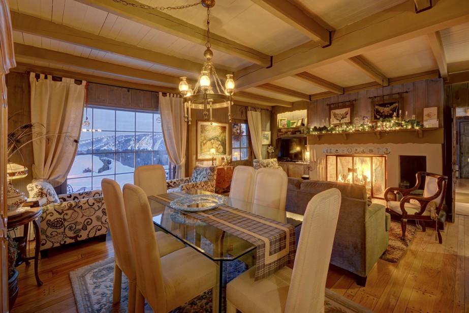 Dans l'espace commun, les invités peuvent s'asseoir à l'une ou l'autre des tables installées dans la salle à manger. Au loin, on aperçoit les pistes du Mont-Saint-Sauveur. (Photo fournie par Sotheby's Realty)