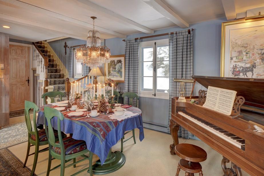 La grande pièce commune du rez-de-chaussée comprend plusieurs espaces, dont celui-ci près des salles à manger. (Photo fournie par Sotheby's Realty)