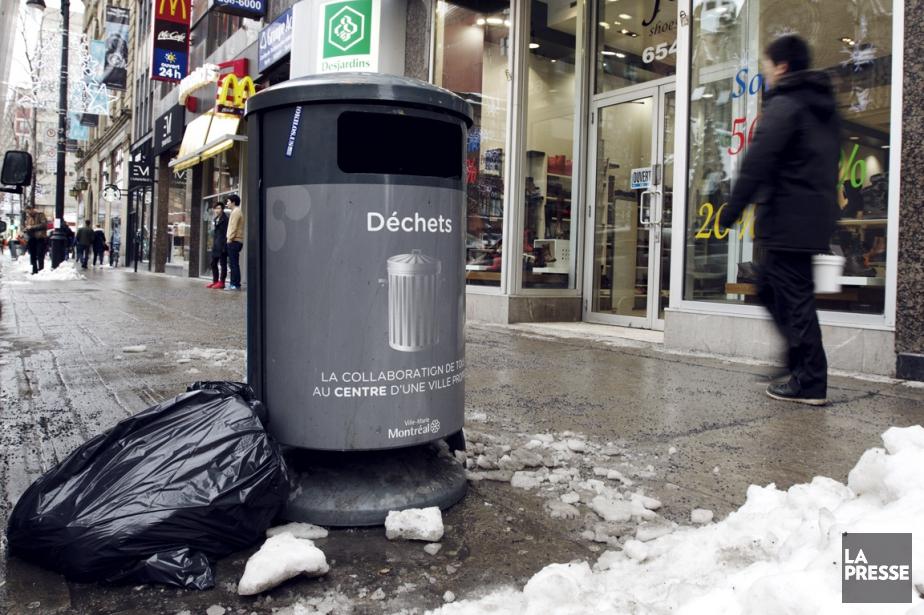 Les déchets s'accumulent au pied des poubelles de... (PHOTO OLIVIER JEAN, LA PRESSE)