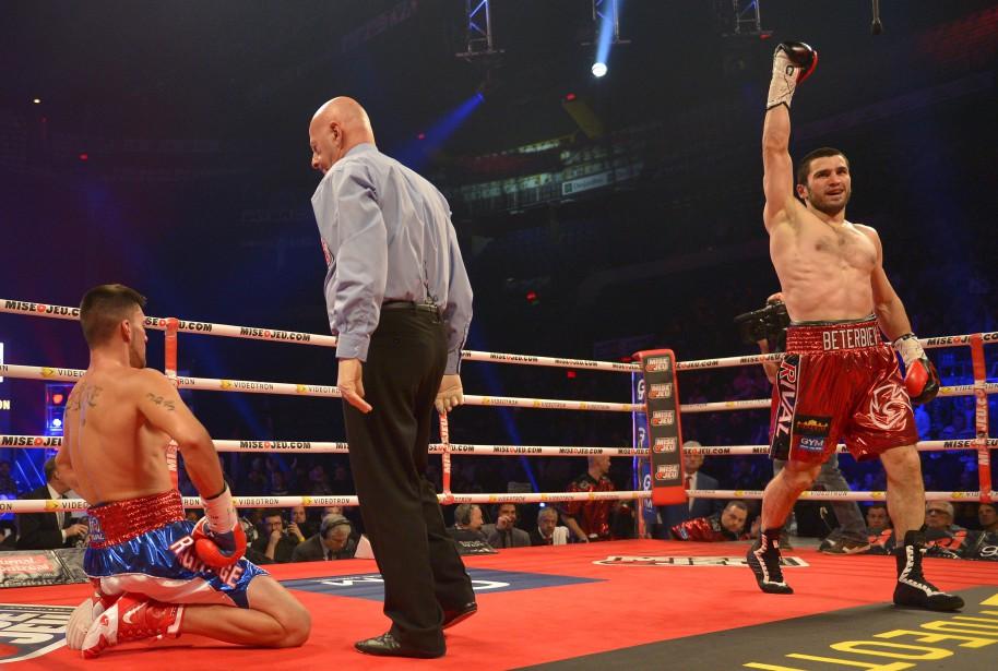Beterbiev a attaqué sans relâche dès le deuxième round pour envoyer son rival trois fois au plancher. (Le Soleil, Yan Doublet)