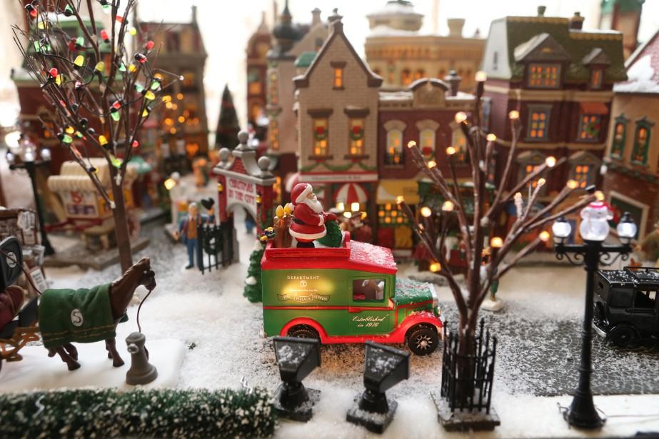 Maryse et Mario D'Arcy ont recréé l'atmosphère qui régnait dans les rues d'une ville nord-américaine des années30, grâce aux maisons et accessoires de la série Christmas in the City. (PHOTO MARTIN CHAMBERLAND, LA PRESSE)