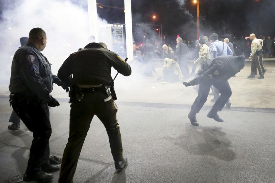 La police a utilisé du gaz poivré pour... (Photo St. Louis Post-Dispatch, David Carson/AP)