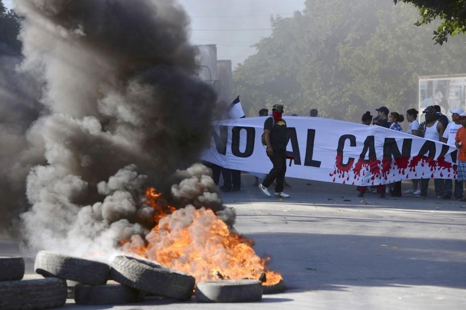 Des manifestants ont bloqué lundi l'autoroutePanamericaine, à Managua,... (Photo Oscar Navarrete, La Prensa/REUTERS)
