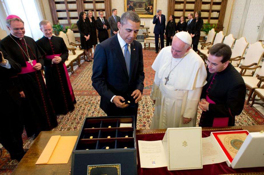 Au pape François, le président Obama a offert... (PHOTO ARCHIVES AFP/OSSERVATORE ROMANO)