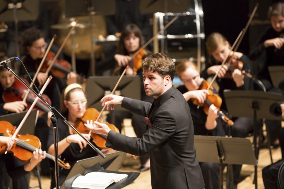 Le jeune chef Simon Rivard dirige l'Orchestre lyrique... (PHOTO PIERRE-ÉTIENNE BERGERON, FOURNIE PAR L'ORCHESTRE LYRIQUE DE MONTRÉAL)