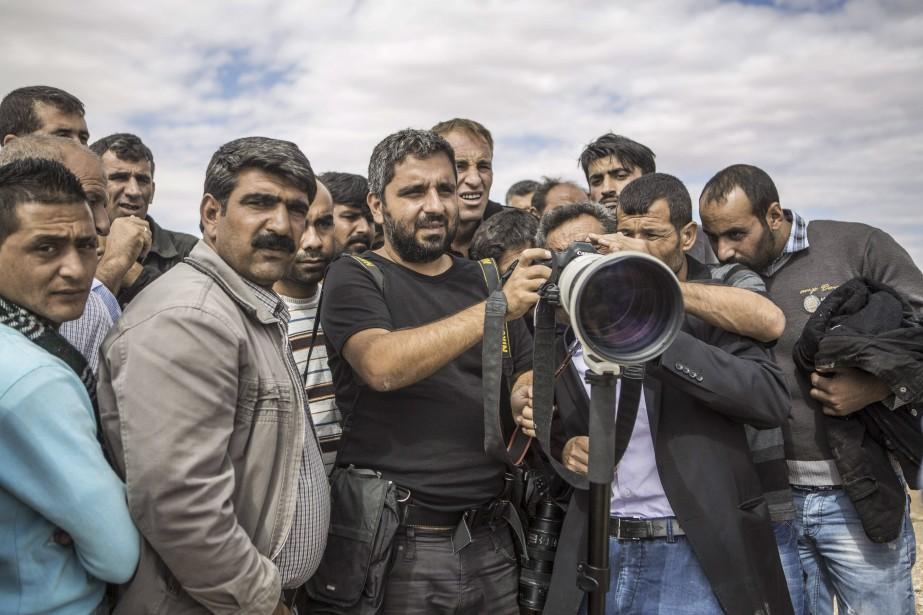 Bulent Kilic, au centre, pointe son objectif sur la Syrie, à partir de la ville turque de Suruc. (AFP, Bulent Kilic)