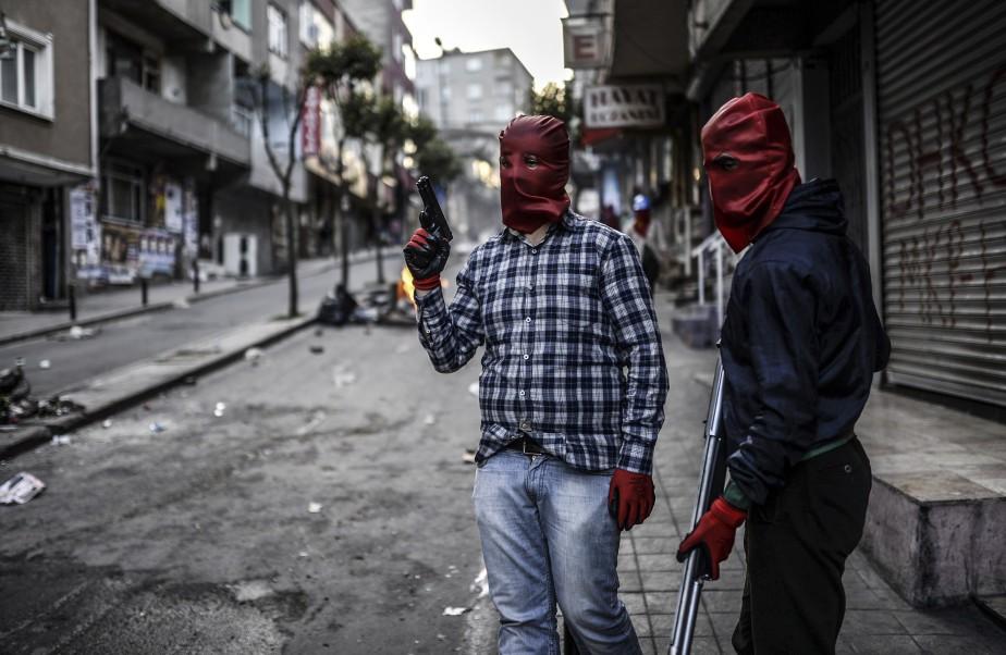 Des militants révolutionnaires masqués dans les rues d'Istanbul (AFP, Bulent Kilic)