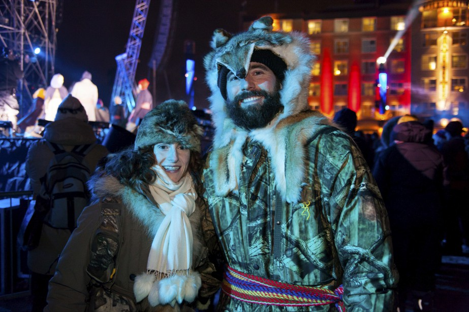 Véronique Proulx et Christian Vaudreuil, tous deux vêtus d'un chapeau et d'un manteau de fourrure, sont d'authentiques trappeurs qui se démarquaient parmi la foule. (Photo Le Soleil Caroline Grégoire)