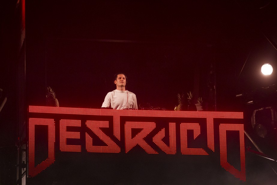 DJ Destructo a fait danser la foule sur la Grande-Allée. (Photo Le Soleil Caroline Grégoire)