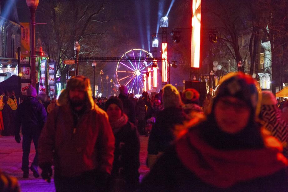 L'ambiance était à la fête entre la grande roue et la scène. (Photo Le Soleil Caroline Grégoire)