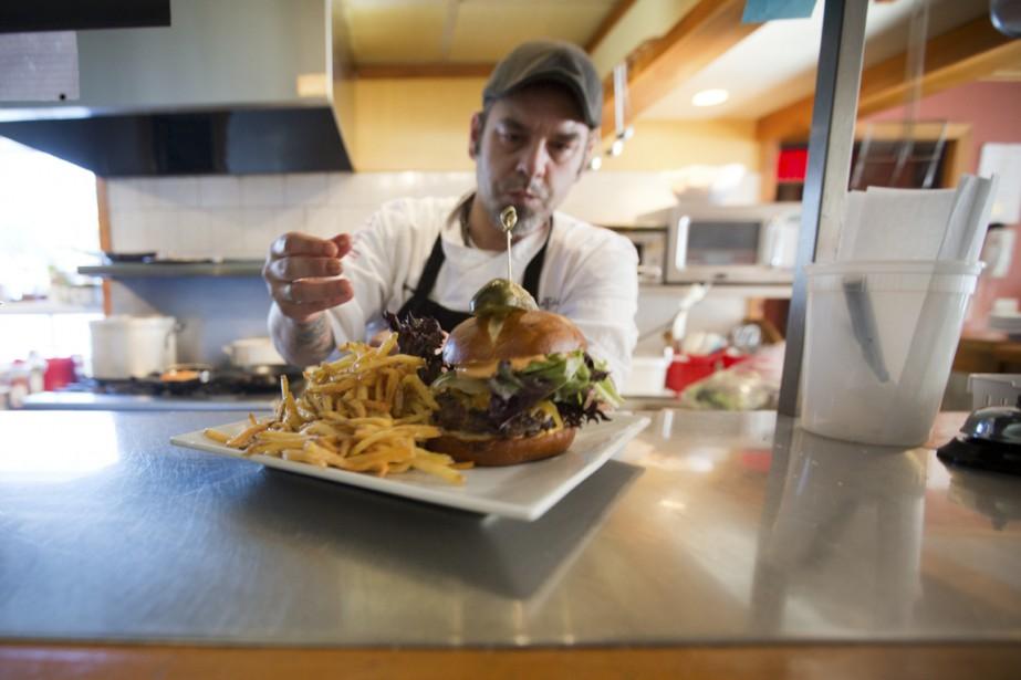 Au restaurant La Bicoque, le chef Hugo Lefrançois, Madelinot pure laine, propose sa version de quelques classiques des Îles, dont la terrine ou le filet mignon de loup marin (PHOTO FRANÇOIS ROY, LA PRESSE)