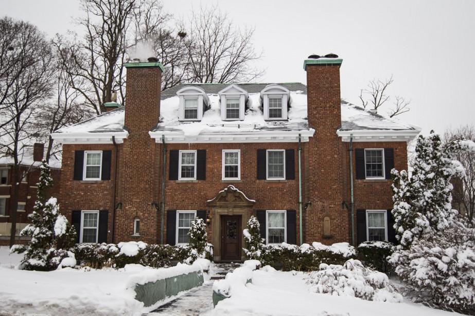Tout dans cette maison appelle à la symétrie. L'architecte avait prévu deux fenêtres équidistantes dans chaque pièce. Même dans celle de la bonne de la famille! (PHOTO OLIVIER PONTBRIAND, LA PRESSE)