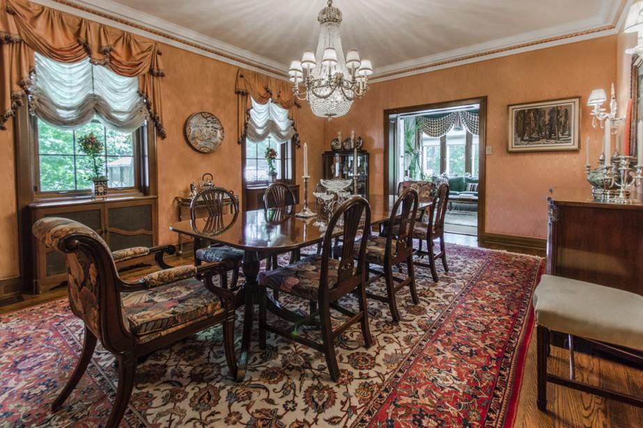 On peut asseoir jusqu'à 12 personnes confortablement dans la salle à manger dont les murs sont recouverts en tissu moiré de soie. (Photo fournie par Sotheby's International)