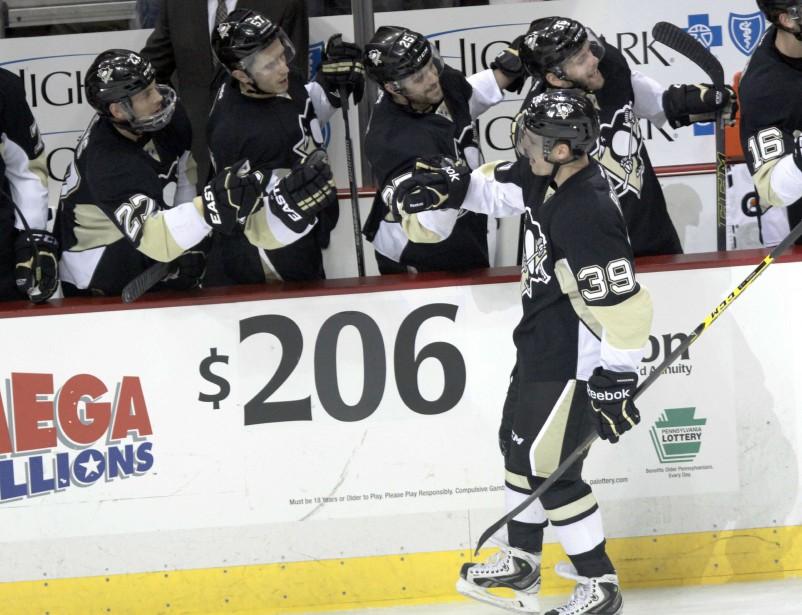 David Perron des Penguins félicité pour son but durant la première période. (Photo Tom E. Puskar, AP)